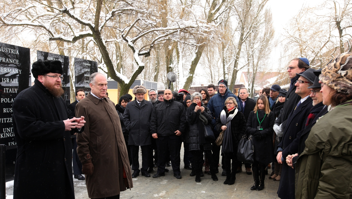 Unveiling plaques dedicated to 'Pillars of Remembrance' and states-donors of the Auschwitz-Birkenau Foundation